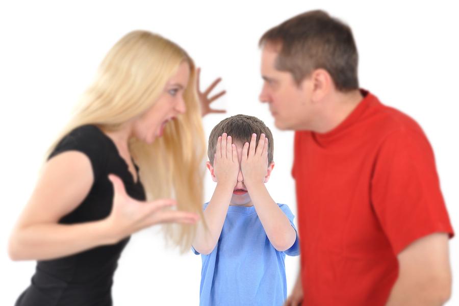 Eltern streiten neben Kind