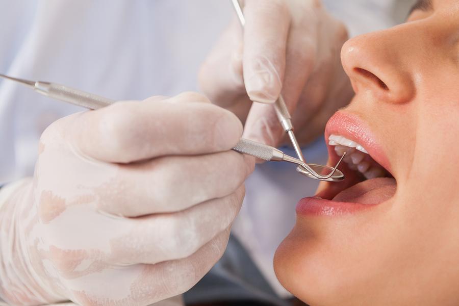 Zahnarzt kontrolliert richtige Zahnpflege