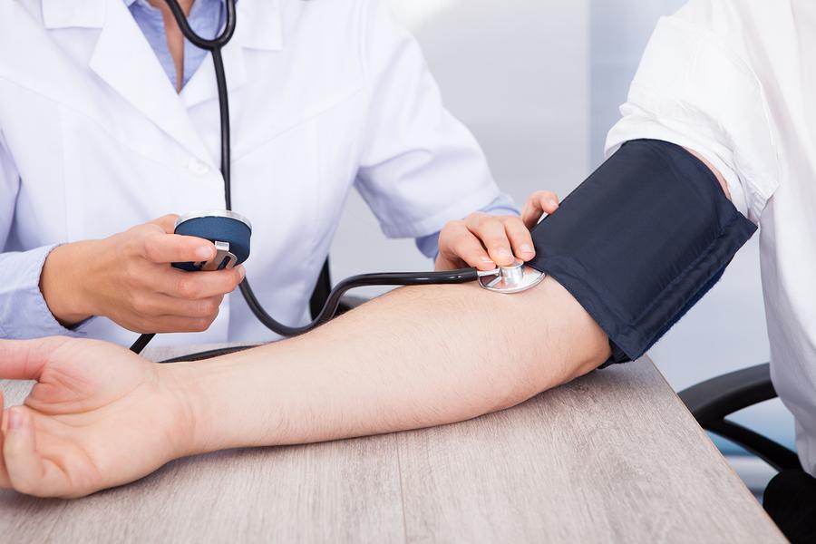 Blutdruck messen am Oberarm