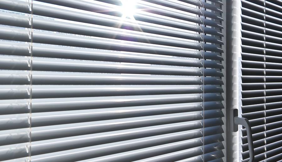 So kann der Sonnenschutz am Arbeitsplatz aussehen