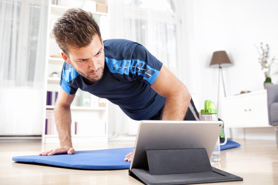 mann-trainiert-mit-onlinetrainer