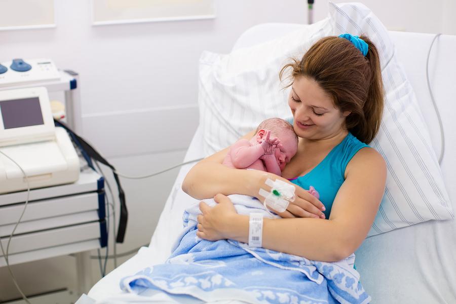 Junge Mama nach der Geburt