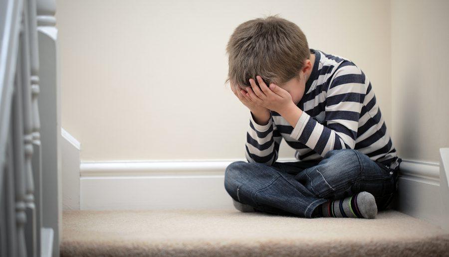 Gemobbtes Kind ist depressiv und weint