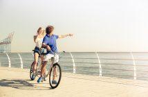 Paarausflug auf einem Tandem Fahrrad