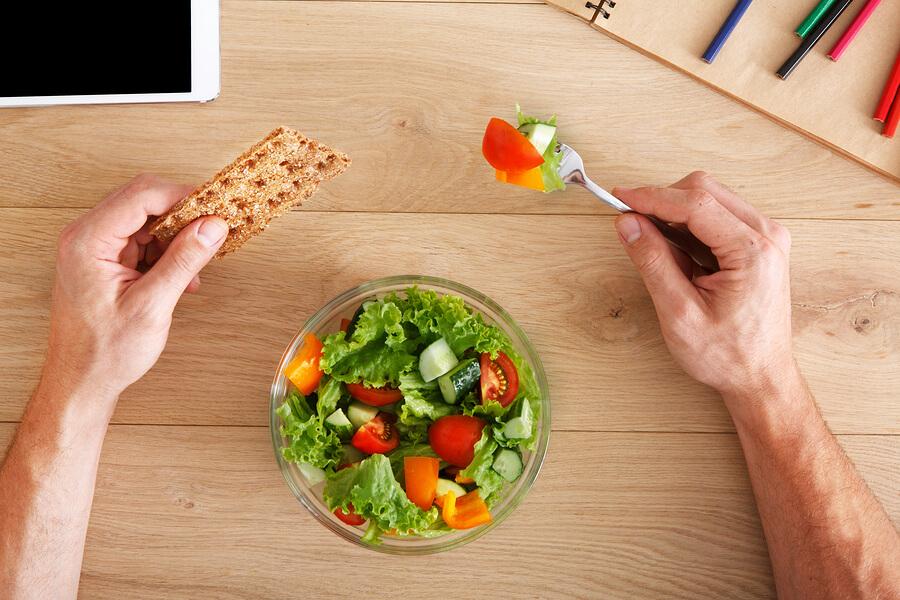 Gemischter Salat mit Knäckebrot