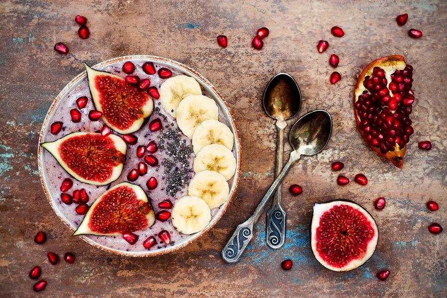 Gesundes Frühstück mit verschiedenem Obst