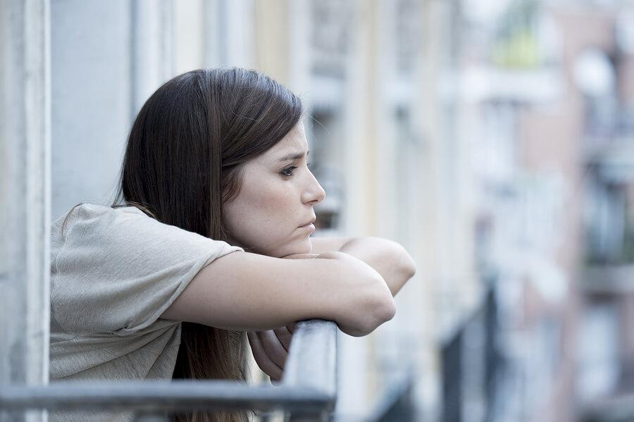 Frau die in der Schwangerschaft mit Stimmungsschwankungen zu kämpfen hat