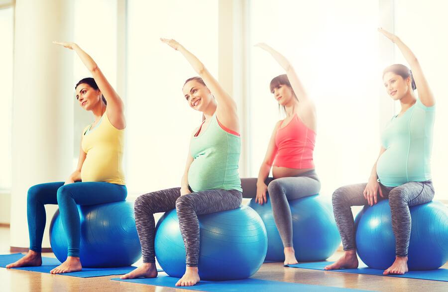 Werdende Mütter machen Schwangerschaftsgymnastik