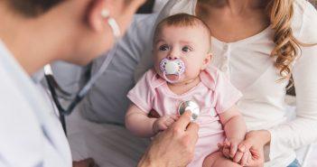 Mutter mit Kind beim Arzt