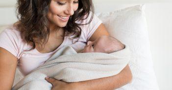 Glückliche Mutter mit neugeborenem Kind.