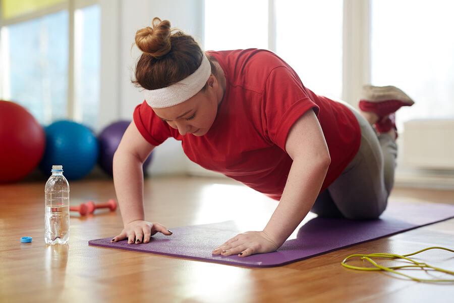 Übergewichtige Frau macht Sport.