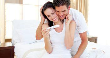 Paar freut sich über positiven Schwangerschaftstest.