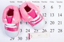 Kalenderblatt und Babyschuhe