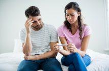 Trauriges Paar mit Schwangerschaftstest